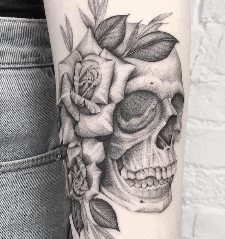 skull-and-roses-single-needle-tattoo